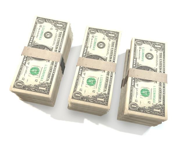 tři balíky peněz