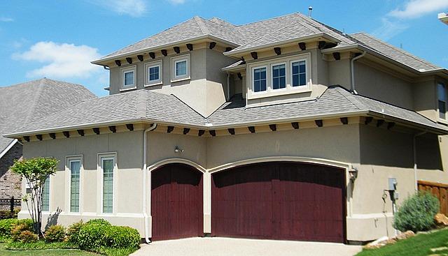 červená garážová vrata, dům