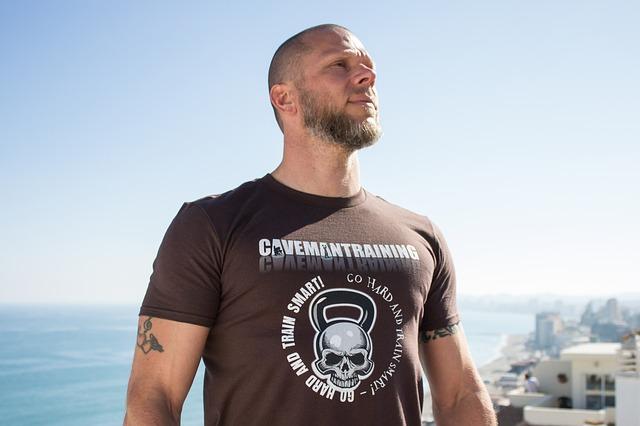 muž, moře, hnědé triko