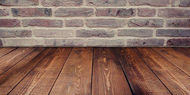 dřevěná podlaha u zdi