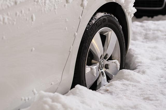 kolo auta ve sněhu