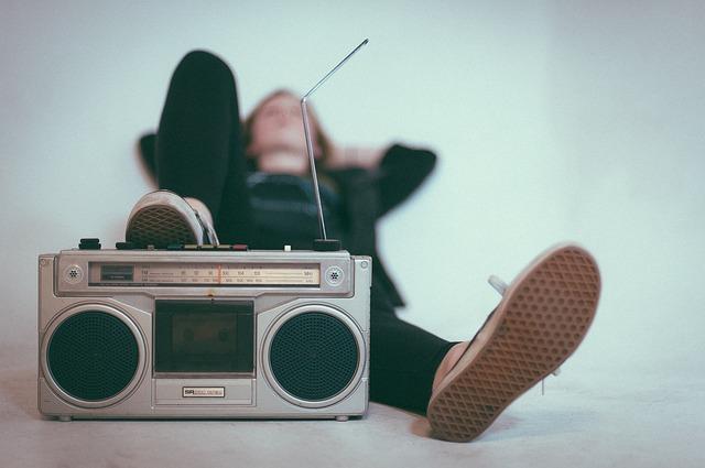 muž a radio
