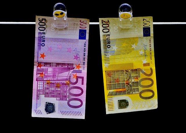 euro bankovky na šňůře