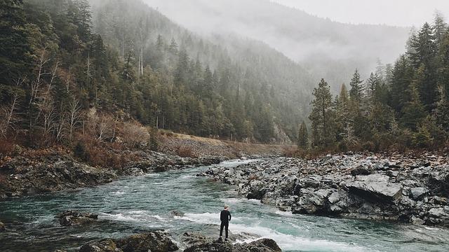člověk u řeky